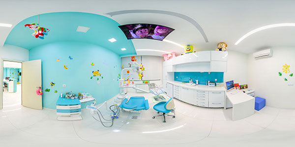 تور مجازی مطب دندانپزشکی کودکان دکتر مریم توفیقی - عکس پانوراما 360 درجه از اتاق یونیت مخصوص کودکان با رنگ های شاد و اساب بازی