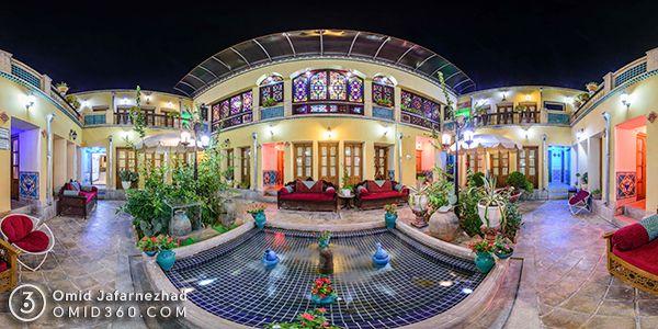 تور مجازی هتل طلوع خورشید اصفهان - عکس پانورما گسترده از حیاط هتل اقامتگاه سنتی در شب پنجره های رنگی و حوض